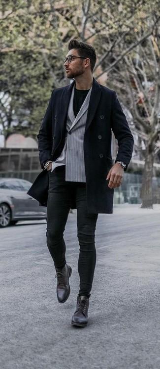Comment s'habiller en automne: Pense à marier un pardessus bleu marine avec un jean skinny noir pour un déjeuner le dimanche entre amis. Une paire de des bottes habillées en cuir marron foncé ajoutera de l'élégance à un look simple. Ce look est un superbe exemple du look totalement automnal.