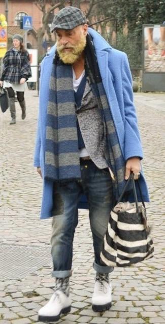 Comment porter: pardessus bleu clair, blazer en laine gris, gilet en laine bleu marine, t-shirt à col en v blanc