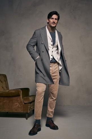 Comment porter: pardessus en vichy gris, blazer en laine beige, gilet en laine beige, pull à col roulé marron clair