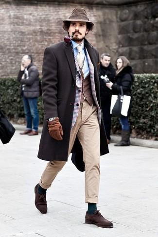 Comment porter: pardessus marron foncé, blazer en laine à carreaux bleu clair, gilet marron foncé, chemise de ville bleu clair