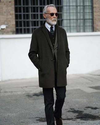 Comment porter: pardessus gris foncé, blazer olive, gilet en velours noir, chemise de ville blanche