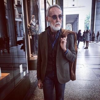 Comment porter: pardessus marron, blazer marron foncé, gilet marron foncé, chemise en jean bleue
