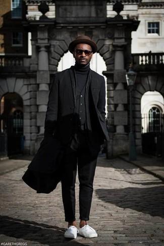 Comment porter: pardessus noir, blazer noir, gilet noir, pull à col roulé noir