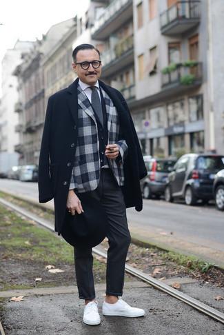 Comment porter un gilet noir: Harmonise un gilet noir avec un pantalon chino gris foncé pour une silhouette classique et raffinée. Tu veux y aller doucement avec les chaussures? Choisis une paire de des baskets basses blanches pour la journée.
