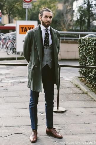 Comment porter des chaussures richelieu en cuir marron: Essaie d'associer un pardessus vert foncé avec un pantalon de costume bleu marine pour une silhouette classique et raffinée. Une paire de des chaussures richelieu en cuir marron est une option génial pour complèter cette tenue.