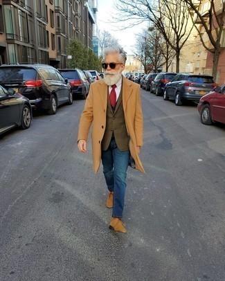 Comment porter des bottines chukka: Essaie d'associer un pardessus marron clair avec un jean bleu pour aller au bureau. Décoince cette tenue avec une paire de des bottines chukka.