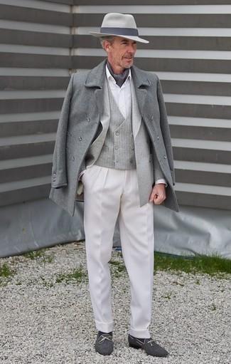 Comment porter un chapeau en laine gris foncé en hiver: Pense à marier un pardessus gris avec un chapeau en laine gris foncé pour un look idéal le week-end. Apportez une touche d'élégance à votre tenue avec une paire de des slippers en toile bleu marine. On trouve que pour pour les journées hivernales cette tenue est parfaite.