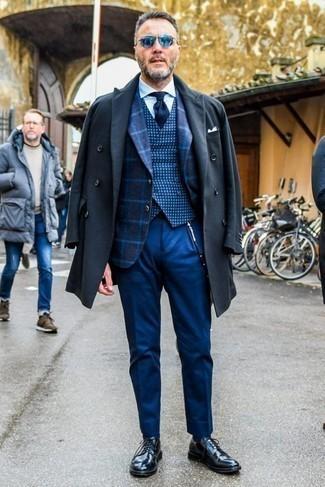 Comment porter un pantalon de costume bleu: Associe un pardessus gris foncé avec un pantalon de costume bleu pour un look pointu et élégant. Jouez la carte décontractée pour les chaussures et complète cet ensemble avec une paire de des chaussures derby en cuir noires.