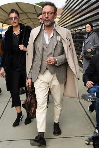 Comment porter une chemise de ville avec un blazer: Marie un blazer avec une chemise de ville pour dégager classe et sophistication. Cet ensemble est parfait avec une paire de des chaussures derby en cuir marron foncé.