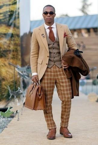 Comment porter une cravate marron à 30 ans: Pense à porter un pardessus marron et une cravate marron pour un look classique et élégant. Si tu veux éviter un look trop formel, opte pour une paire de des bottines chelsea en cuir marron.
