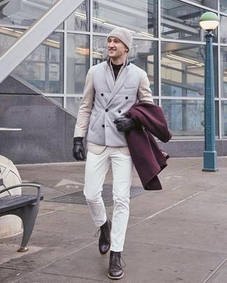 Comment porter un t-shirt à col rond noir à 20 ans: Choisis un t-shirt à col rond noir et un jean blanc pour un look de tous les jours facile à porter. Choisis une paire de des bottes brogue en cuir marron foncé pour afficher ton expertise vestimentaire.