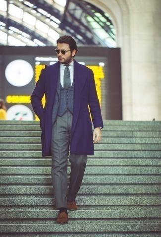 Comment porter des chaussettes bleu marine: Essaie de marier un pardessus bleu marine avec des chaussettes bleu marine pour un look confortable et décontracté. Apportez une touche d'élégance à votre tenue avec une paire de mocassins à pampilles en daim marron.