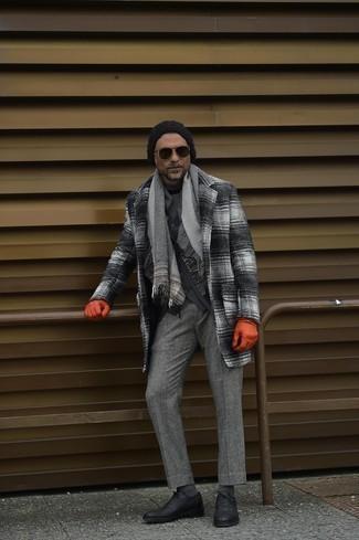 Comment s'habiller après 40 ans en hiver: Essaie d'harmoniser un pardessus écossais gris avec un pantalon de costume écossais gris pour une silhouette classique et raffinée. Transforme-toi en bête de mode et fais d'une paire de chaussures richelieu en cuir noires ton choix de souliers. Ce look est juste superbe pour l'hiver.
