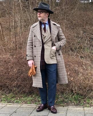 Comment s'habiller après 40 ans en hiver: Essaie d'harmoniser un pardessus en pied-de-poule multicolore avec un pantalon de costume en laine bleu marine pour dégager classe et sophistication. Une paire de mocassins à pampilles en cuir marron foncé s'intégrera de manière fluide à une grande variété de tenues. On craque pour ce look canon, très hivernale.