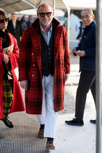 Comment porter des mocassins à pampilles en daim marron: Essaie d'associer un pardessus écossais rouge avec un pantalon de costume blanc pour une silhouette classique et raffinée. Termine ce look avec une paire de mocassins à pampilles en daim marron.