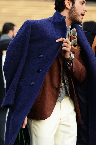 Comment porter: pardessus bleu marine, blazer en laine marron, gilet en laine écossais marron, chemise de ville bleu clair