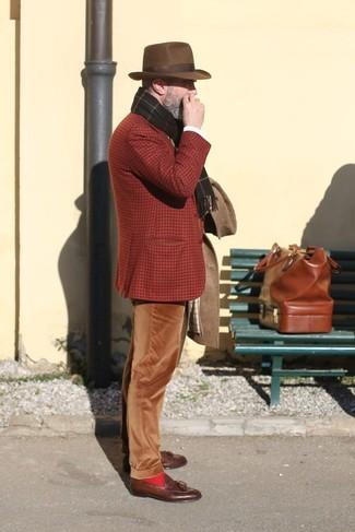 Comment porter: pardessus marron, blazer en laine écossais tabac, pantalon chino en velours côtelé marron, mocassins à pampilles en cuir marron