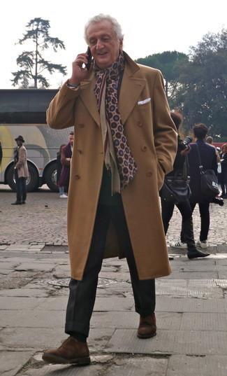 Comment s'habiller après 60 ans au printemps: Pense à harmoniser un pardessus marron clair avec un pantalon de costume noir pour un look pointu et élégant. Jouez la carte décontractée pour les chaussures et assortis cette tenue avec une paire de chaussures derby en daim marron. C'est une tenue idéale pour être fin prête pour ce printemps.