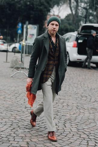 Comment porter des chaussures richelieu en cuir marron: Harmonise un pardessus vert foncé avec un pantalon de costume vert foncé pour une silhouette classique et raffinée. Cette tenue est parfait avec une paire de des chaussures richelieu en cuir marron.