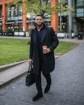 Comment s'habiller à 30 ans: Essaie d'associer un pardessus noir avec un jean noir pour achever un look habillé mais pas trop. Transforme-toi en bête de mode et fais d'une paire de bottines chelsea en daim noires ton choix de souliers.