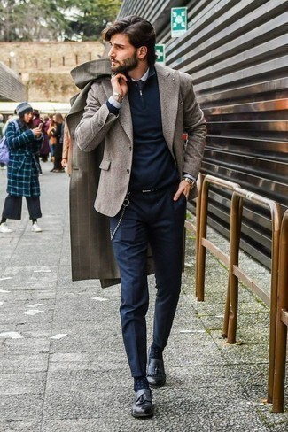 Comment porter un pardessus à carreaux gris: Marie un pardessus à carreaux gris avec un pantalon chino bleu marine si tu recherches un look stylé et soigné. Habille ta tenue avec une paire de des mocassins à pampilles en cuir noirs.