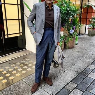 Comment porter des chaussures derby en daim marron foncé: Essaie de marier un pardessus en pied-de-poule gris avec un pantalon chino en lin bleu marine pour achever un look habillé mais pas trop. Assortis cette tenue avec une paire de des chaussures derby en daim marron foncé pour afficher ton expertise vestimentaire.