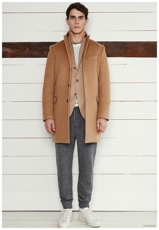 Comment porter: pardessus marron clair, blazer en laine marron clair, pull à col rond gris, pantalon de jogging gris foncé