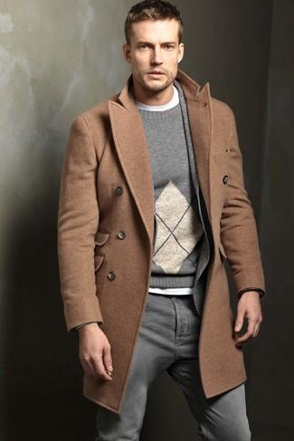 Comment porter: pardessus marron clair, blazer en laine à chevrons gris, pull à col rond à losanges gris, t-shirt à col rond blanc