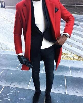 Comment porter: pardessus rouge, blazer noir, pull à col rond blanc, jean skinny bleu marine