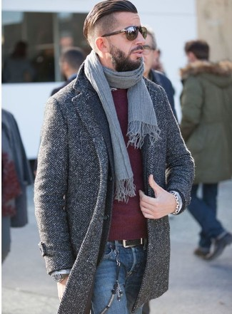 Comment porter: pardessus à chevrons gris foncé, blazer en laine gris foncé, pull à col rond bordeaux, jean bleu