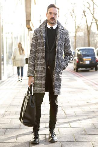 Comment porter: pardessus en pied-de-poule noir et blanc, blazer noir, pull à col rond noir, chemise de ville blanche