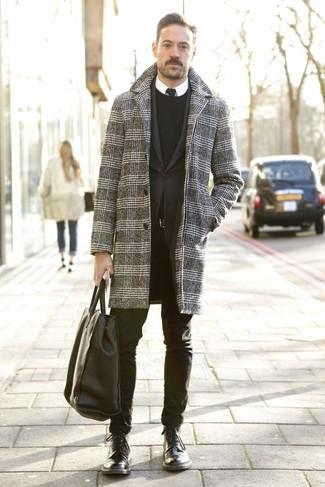 Comment porter un pardessus en pied-de-poule gris foncé: Choisis un pardessus en pied-de-poule gris foncé et un pantalon chino noir pour créer un look chic et décontracté. Cet ensemble est parfait avec une paire de des bottes de loisirs en cuir noires.