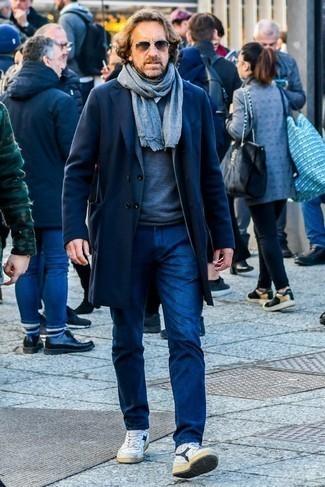 Comment s'habiller en hiver: Harmonise un pardessus bleu marine avec un jean bleu marine pour un look idéal au travail. Pour les chaussures, fais un choix décontracté avec une paire de des baskets montantes en cuir blanc et bleu marine. Cette tenue sent bon l'hiver.