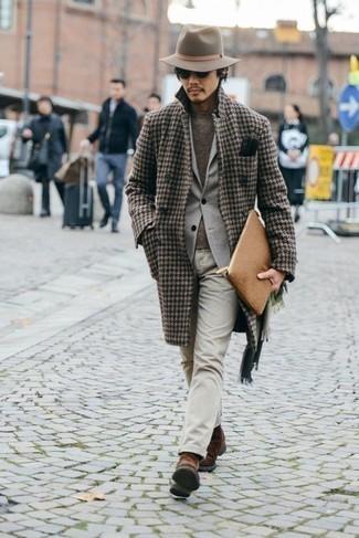 Comment porter un chapeau en laine beige: Essaie de marier un pardessus en pied-de-poule marron avec un chapeau en laine beige pour une tenue relax mais stylée. Une paire de des bottines chelsea en daim marron rendra élégant même le plus décontracté des looks.