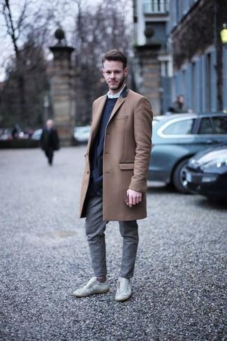 Comment porter des baskets basses en cuir blanches en automne: Harmonise un pardessus marron clair avec un pantalon chino gris pour créer un look chic et décontracté. Tu veux y aller doucement avec les chaussures? Opte pour une paire de des baskets basses en cuir blanches pour la journée. Nous trouvons que pour pour les journées automnales ce look est idéale et très sympa.