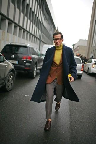 Comment porter: pardessus bleu marine, blazer en laine tabac, pull à col roulé en laine moutarde, pantalon de costume gris