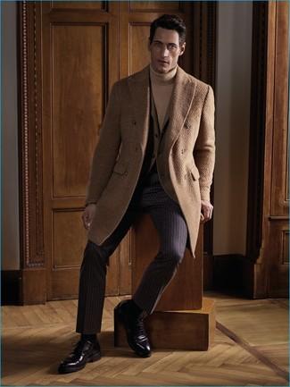Comment porter: pardessus marron clair, blazer marron clair, pull à col roulé marron clair, pantalon de costume à rayures verticales marron foncé
