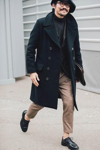 Comment porter: pardessus noir, blazer en laine à chevrons gris foncé, pull à col roulé gris foncé, pantalon de costume en laine marron