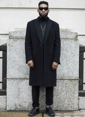 Comment porter: pardessus noir, blazer gris foncé, pull à col roulé noir, pantalon chino noir