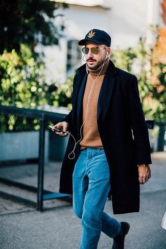 Comment porter: pardessus noir, blazer en laine bleu marine, pull à col roulé en laine marron clair, pantalon chino turquoise