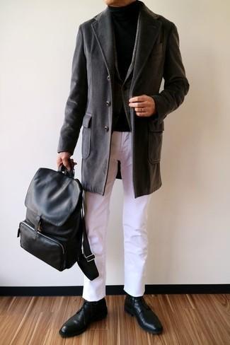Comment porter: pardessus noir, blazer en laine écossais gris foncé, pull à col roulé noir, pantalon chino blanc