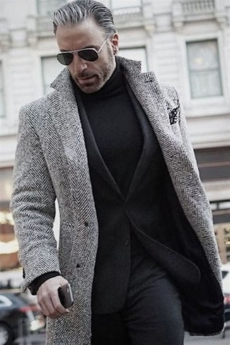 Comment porter: pardessus à chevrons gris, blazer en laine noir, pull à col roulé noir, pantalon de costume en laine noir