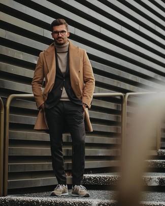 Comment porter: pardessus marron clair, blazer noir, pull à col roulé beige, pantalon de costume noir