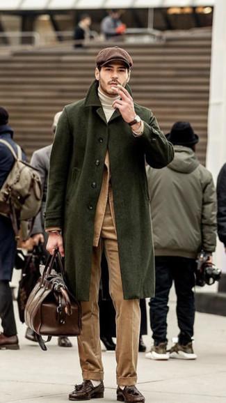 Comment porter: pardessus olive, blazer en velours côtelé marron clair, pull à col roulé blanc, pantalon de costume en velours côtelé marron clair