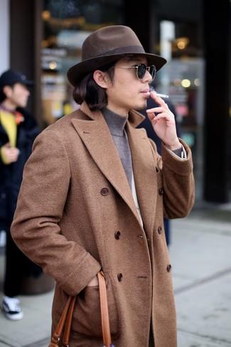 Comment porter: pardessus marron, blazer en laine blanc, pull à col roulé gris, sac fourre-tout en cuir tabac
