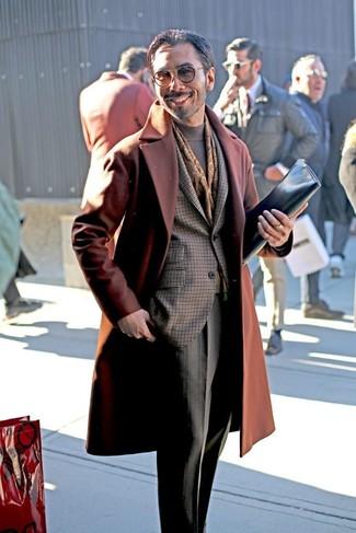 Comment porter: pardessus tabac, blazer à carreaux marron foncé, pull à col roulé gris, pantalon de costume à carreaux gris
