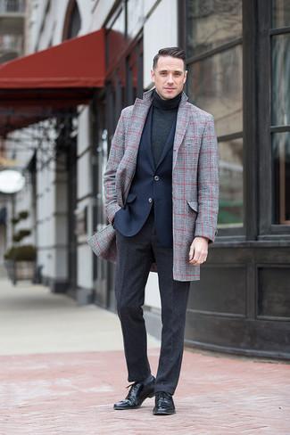 Comment porter: pardessus écossais gris, blazer bleu marine, pull à col roulé gris foncé, pantalon de costume en laine gris foncé