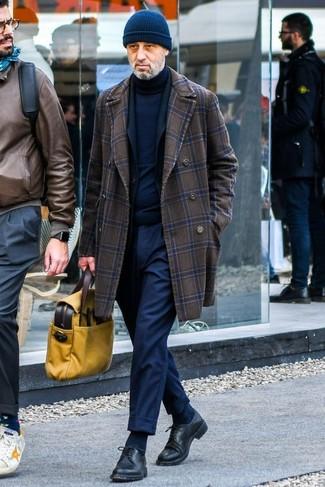 Comment porter: pardessus à carreaux marron foncé, blazer noir, pull à col roulé bleu marine, pantalon de costume bleu marine