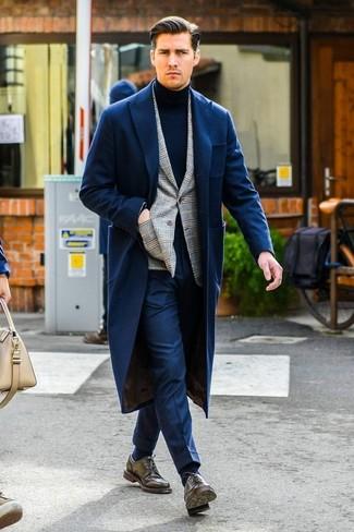 Comment porter: pardessus bleu marine, blazer écossais gris, pull à col roulé bleu marine, pantalon de costume bleu marine