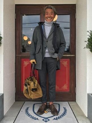 Comment porter un blazer en laine gris quand il fait frais: Essaie de marier un blazer en laine gris avec un pantalon de costume gris foncé pour une silhouette classique et raffinée. Une paire de des chaussures derby en cuir marron foncé est une option parfait pour complèter cette tenue.